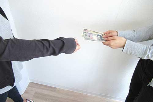 お金を手渡している様子